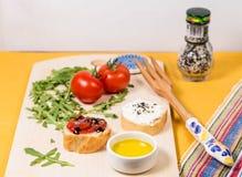 Свежая и здоровая закуска с хлебом, томатами и сыром творога Стоковое Изображение RF