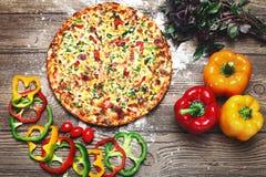 Свежая и очень вкусная домодельная пицца Стоковое фото RF