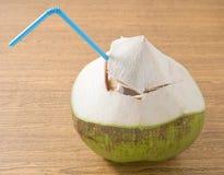 Свежая и сладостная вода кокоса на таблице Стоковое Изображение RF