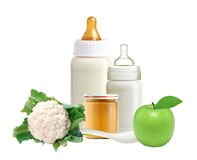 Свежая капуста, бутылки молока младенца, опарник пюра младенца и ложка Стоковое Изображение