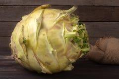 Свежая кольраби капусты на темной деревянной предпосылке Стоковые Фотографии RF