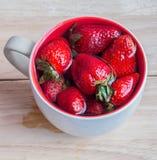 Свежая красная клубника в чашке Стоковое Изображение RF