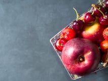 Свежая красная тележка супермаркета ягод плодоовощ на черноте Стоковые Изображения