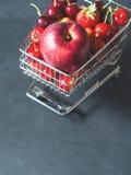 Свежая красная тележка супермаркета ягод плодоовощ на черноте Стоковое фото RF