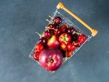 Свежая красная тележка супермаркета ягод плодоовощ на черноте Стоковые Фотографии RF