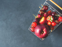 Свежая красная тележка супермаркета ягод плодоовощ на черноте Стоковая Фотография RF
