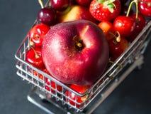 Свежая красная тележка супермаркета ягод плодоовощ на черноте Стоковое Изображение