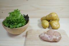 Свежая куриная грудка с картошками и зеленым овощем Стоковое Изображение RF