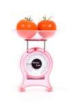 свежая кухня вычисляет по маштабу томаты стоковое изображение rf