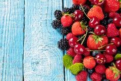 Свежая куча плодоовощ ягоды помещенная на старых деревянных планках стоковые изображения rf