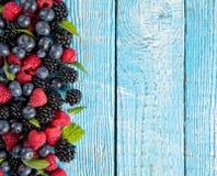 Свежая куча плодоовощ ягоды помещенная на старых деревянных планках стоковое изображение