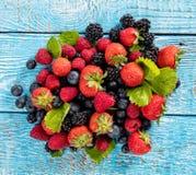 Свежая куча плодоовощ ягоды помещенная на старых деревянных планках стоковое изображение rf