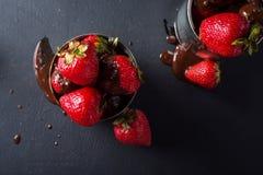 Свежая клубника на серой предпосылке Десерт с клубниками и шоколадом, карамелькой Клубники в железном баке Стоковое Фото