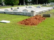 свежая могила стоковое изображение
