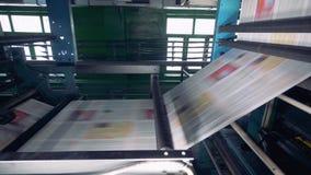 Свежая напечатанная газета, кассеты двигая дальше линию на офис печатания сток-видео