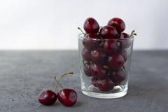 Свежая органическая зрелая сладкая вишня в стекле стоковая фотография rf