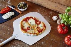 Свежая органическая пицца на лопаткоулавливателе свежем из печи Стоковое фото RF