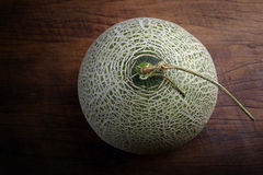 Свежая органическая японская дыня на деревянном столе Стоковое Изображение RF
