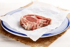 Свежая отбивная котлета овечки с тимианом на бумаге и плите кухни Стоковое Изображение RF