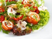 Свежая очень вкусная семга свертывает с плавленым сыром на салате Стоковые Изображения RF