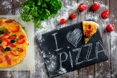 Свежая пицца на борту Стоковые Фотографии RF