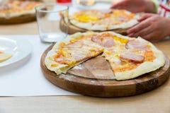 Свежая пицца на деревянном крупном плане стойки Стоковые Изображения RF
