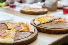 Свежая пицца на деревянном крупном плане стойки Стоковая Фотография