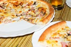 Свежая пицца сваренная на углях Пицца в итальянском ресторане Стоковые Изображения RF
