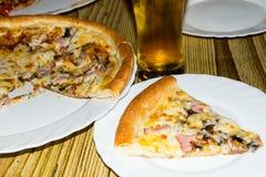 Свежая пицца сваренная на углях Пицца в итальянском ресторане Стоковые Фотографии RF