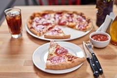 Свежая пицца с сосиской pepperoni на деревянном столе в ресторане стоковое фото rf