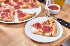 Свежая пицца с сосиской pepperoni на деревянном столе в ресторане стоковое фото