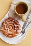 Свежая плюшка кофе и циннамона стоковое изображение