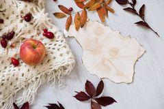 Свежая плюшка печенья, чашка горячего кофе и листья осени на деревянной предпосылке Деревянное слово ОСЕНЬ писем Взгляд сверху, э Стоковое фото RF