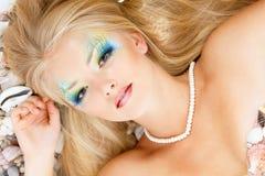 Свежая привлекательная русалка девушки подростка с красивым составом стоковые фото