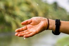 Свежая рука дождя Стоковые Фото