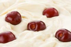 Свежая сладостная вишня в сливк Стоковая Фотография
