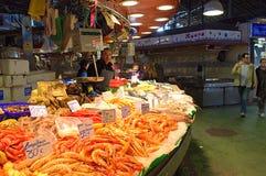 Свежая стойка морепродуктов в рынке Барселоны Стоковые Изображения RF