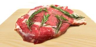 Свежая сырцовая говядина на разделочной доске Стоковое Фото