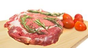 Свежая сырцовая говядина с травами и томатами Стоковые Изображения RF
