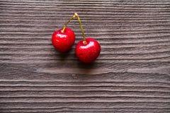 Свежая сладостная вишня на деревянной предпосылке Стоковая Фотография