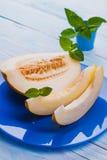 Свежая сладостная дыня в голубой плите на белом деревянном столе Стоковые Фотографии RF