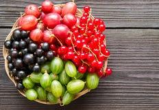Свежая сладостная ягода в корзине на деревянной предпосылке Стоковое Изображение RF