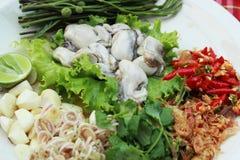 Свежая устрица -, который служат с chili, чесноком и лимоном. стоковое фото