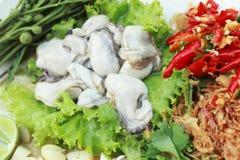 Свежая устрица -, который служат с chili, чесноком и лимоном. стоковая фотография