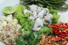 Свежая устрица -, который служат с chili, чесноком и лимоном. стоковые изображения rf