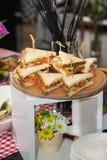 Свежая форма сандвичей клуба триангулярная с томатом на круглой деревянной прерывая доске на таблице в expencive ресторане стоковые фотографии rf