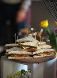 Свежая форма сандвичей клуба триангулярная с томатом на круглой деревянной прерывая доске на таблице в expencive ресторане стоковая фотография rf