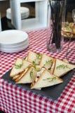 Свежая форма сандвичей клуба триангулярная с томатом на плите на таблице в expencive ресторане стоковое изображение rf