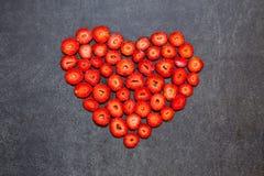 Свежая форма сердца куска клубники на черной предпосылке Стоковое Изображение RF