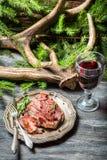 Свежая часть оленины служила с красным вином Стоковая Фотография RF